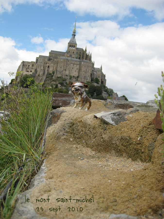 paperpets-bulldog-at-mont-st-michel
